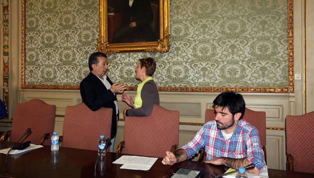 El concejal de Festejos Fernando Inaga charla con la de I-E Ana Mari Ruiz con Eneko Larrarte, también de I-E, sentado. Manrique