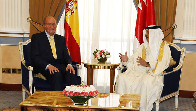 El rey Juan Carlos (izda) se reúne con el monarca de Baréin, Hamad bin Isa Al-Khalifa, en el Palacio Gudabia en Manama (Baréin)