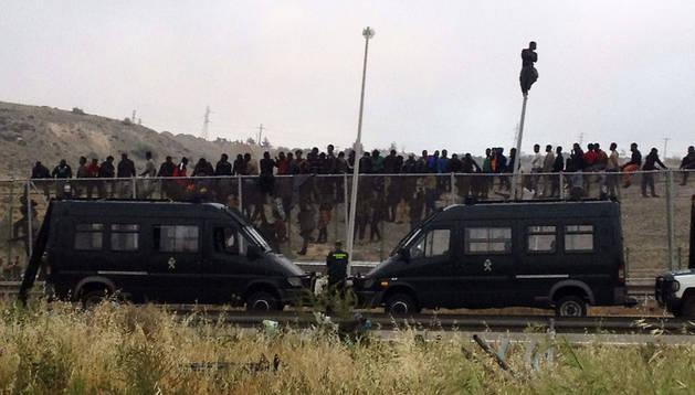 Decenas de inmigrantes han entrado hoy en Melilla tras superar la valla fronteriza que separa la ciudad autónoma de Marruecos en un nuevo asalto masivo.