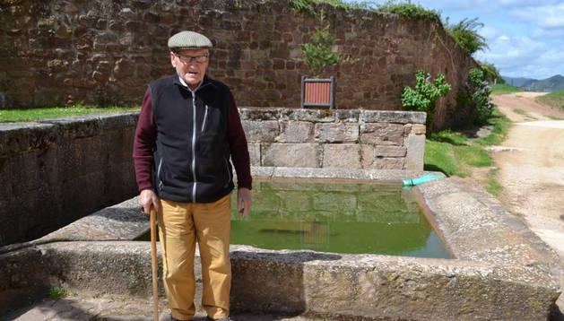 Juan Sos Yániz junto a la fuente de piedra, abrevadero y lavadero. Susana Esparza