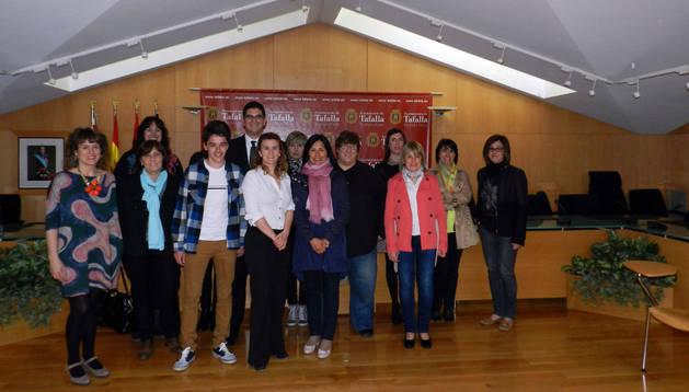 Comerciantes, representantes municipales y alumnado de la escuela taller. S.M.
