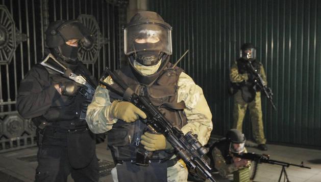 Soldados ucranianos asisten a una maniobra militar cerca del Parlamento en Kiev (Ucrania)
