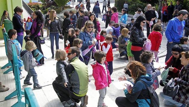 Alumnos del Colegio San Miguel de Noáin a la salida de clase el miércoles. No volverán a las aulas hasta el lunes