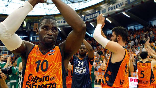El escolta centroafricano del Valencia Basket Romain Sato (izda.) y el pívot montenegrino Bojan Dubljevic (dcha.) aplauden tras la victoria de su equipo
