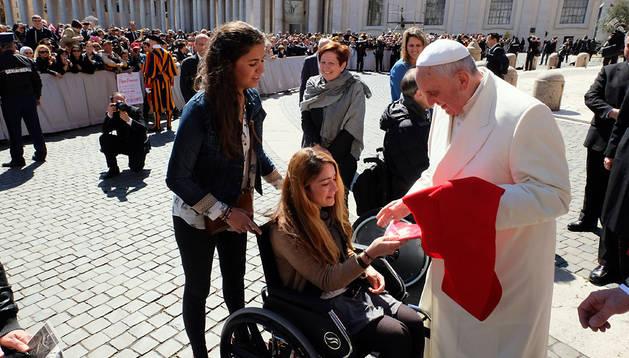Gorostiza entrega el pañuelo de San Fermín al Papa Francisco junto a Laura González.