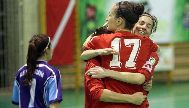 Las jugadores del Lacturale Gurpea se abrazan tras un gol