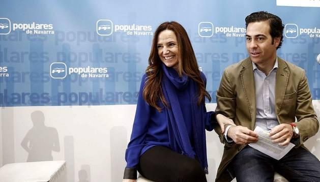 La candidata del PP al Parlamento Europeo, Teresa Jiménez Becerril, junto al eurodiputado navarro Pablo Zalba (dcha.)
