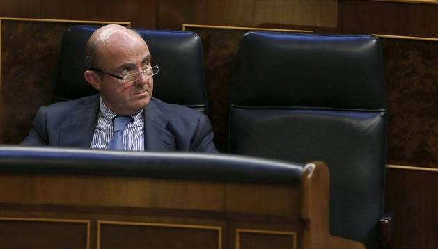 El ministro de Economía, Luis de Guindos, en el Congreso de los Diputados
