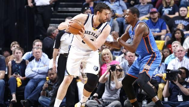 El español Marc Gasol (izda.) encara al jugador de los Thunder, Kevin Durant