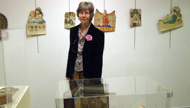 Gisela Wegener posa con algunos artículos de la exposición