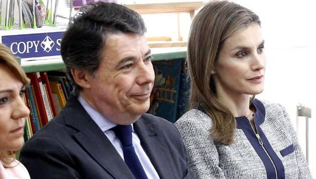 El presidente de la Comunidad de Madrid, Ignacio González, junto a doña Letizia durante una visita a un centro escolar