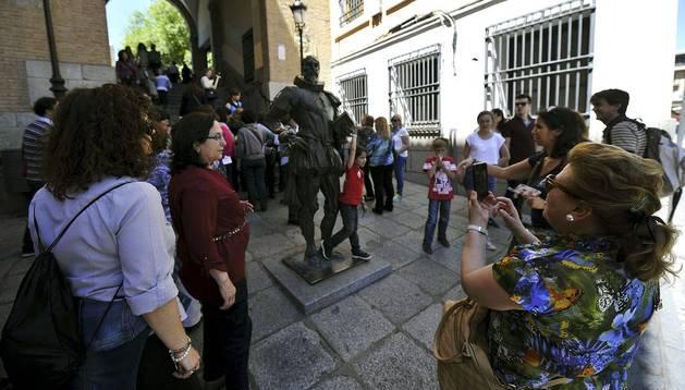 Varios turistas disfrutan de uno de los rincones de Toledo