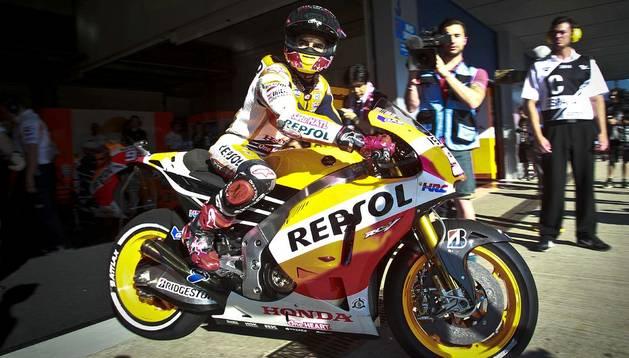 El piloto español de MotoGP Marc Márquez (Honda) sale de boxes durante los entrenamientos  libres