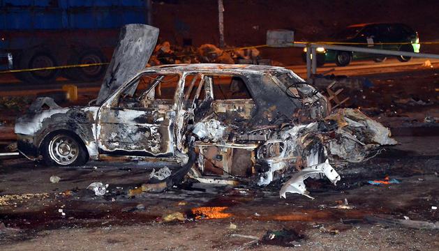 Estado en el que ha quedado uno de los coches afectados por la explosión en Abuya.