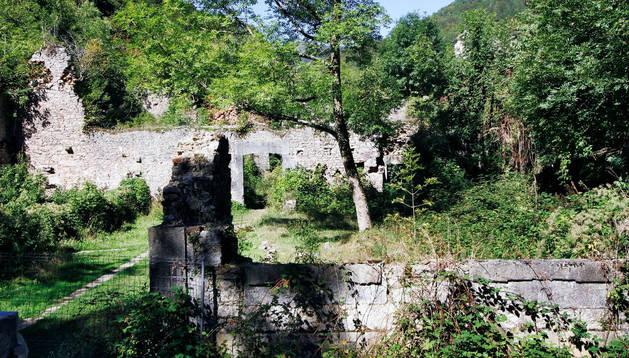 Muros derruidos y cubiertos de maleza de la que fue Real Fábrica de Municiones de Orbaizeta