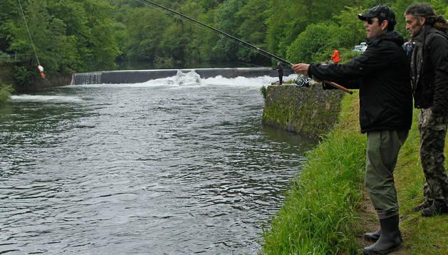 Un pescador tiende la caña en una de las orillas del Bidasoa, a la altura de Endarlatsa