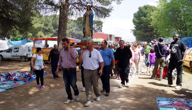 La imagen de Nuestra Señora de la Dehesa fue sacada en procesión por miembros de la peña Etorkizuna
