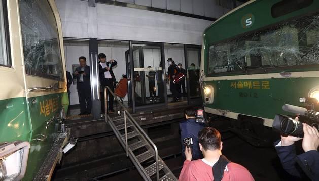 Vista de los daños materiales ocasionados tras el choque de dos trenes en la línea 2 del metro de Seúl