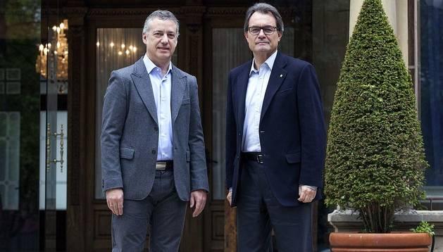 Iñigo Urkullu (izda.), junto al presidente de la Generalitat, Artur Mas, antes de la reunión que mantuvieron en el Palacio de Ajuria Enea