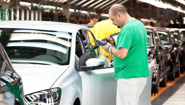 Un operario de Volkswagen, uno de los motores económicos de la Comunidad foral