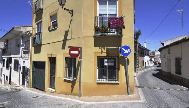 Vivienda del número 10 de la calle Chorrillo de Carrenque, donde una mujer ha asestado varias puñaladas a su exsuegro, Jose Antonio.