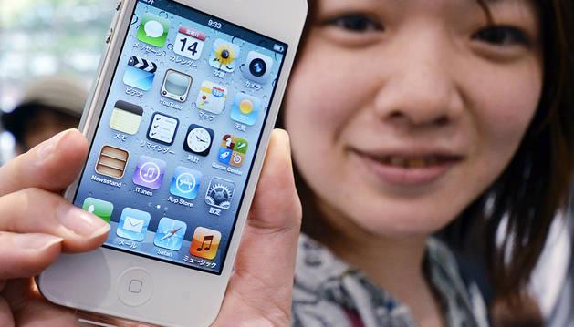 Apple ganó el juicio por las patentes de su teléfono (arriba) plagiados por Samsung (abajo)