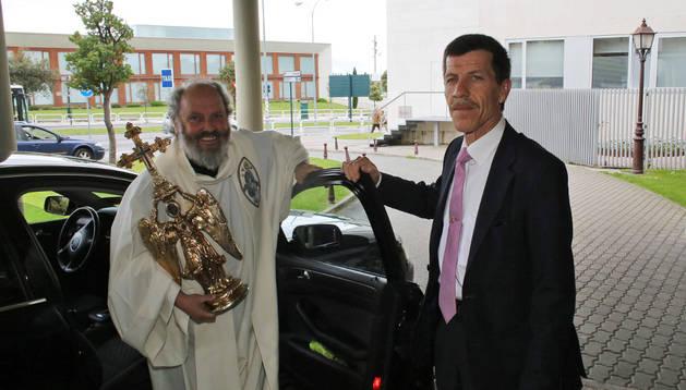Vicente Martínez 'Chichipan' abre la puerta a Jesús Sotil, portador de la efigie de San Miguel de Aralar.