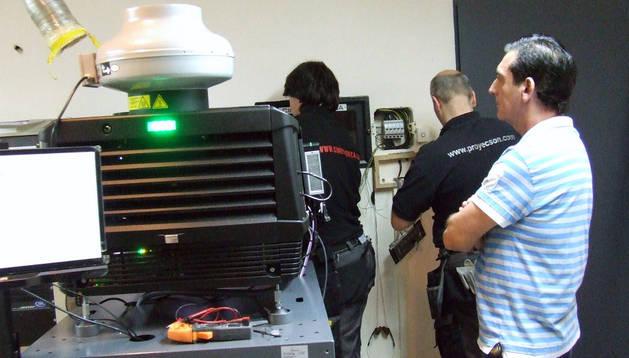Alfonso Mateo -a la dcha.- supervisa el montaje de la máquina.