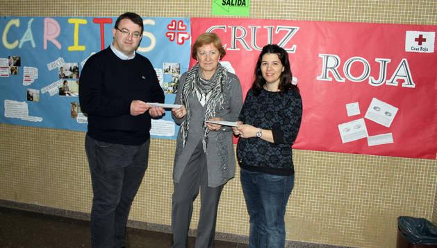 La directora, Mª Antonia Moreno, en el centro, entrega los cheques a José Ignacio Larragueta y Belén Garijo.