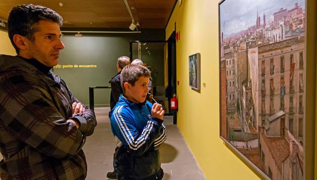 Dos personas visitan la colección temporal actual del museo.archivo