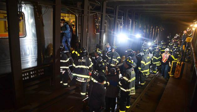 Bomberos del operativo de emergencia rescatan a los afectados en el descarrilamiento del metro