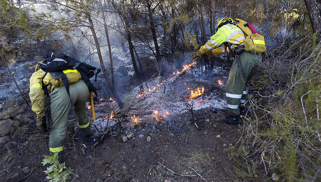 Dos forestales trabajan durante las labores de extinción del incendio forestal en el Parque Natural del Montgó