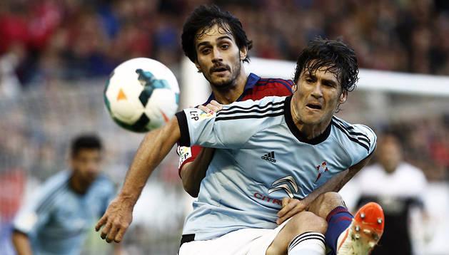 Arribas intenta arrebatar el balón a Mario Bermejo