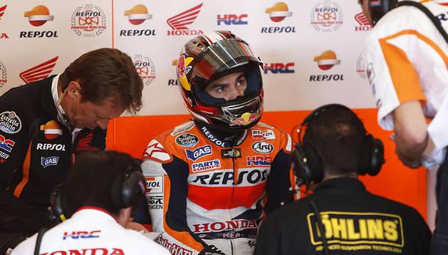 Dani Pedrosa atiende las instrucciones de su equipo en el box de Honda en el circuito de Jerez