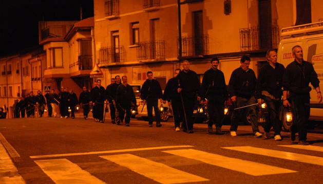 Los romeros de la hermandad de Los Doce de Tafalla, a su paso en noche cerrada por San Martín de Unx.