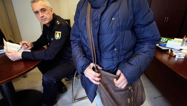 Laura (nombre falso para una víctima de trata), en el despacho de Fernando Cebollinos, de Extranjería de Policía Nacional