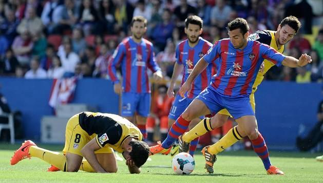 Raúl García se lamenta en una jugada contra el Levante