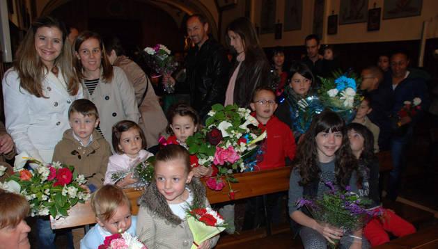 Niños y padres acudieron a la ermita del Villar para honrar con flores a la Virgen.