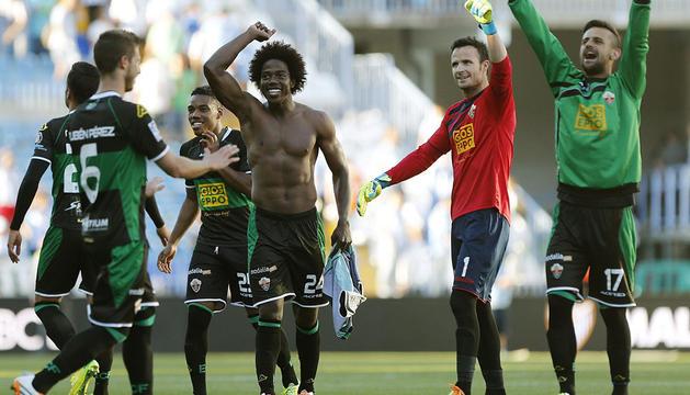 Los jugadores del Elche celebran la victoria.