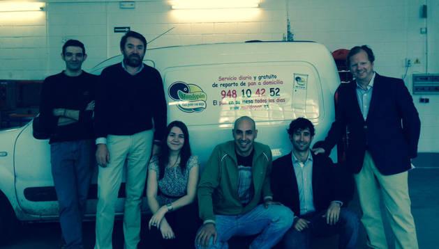 La plantilla de Mundo Pan De izquierda a derecha, Fran Ruiz (repartidor), Luis Huarte,  Jennifer Bolivar ( oficina), Rubén Goñi (repartidor de fin de semana), Daniel Lizaur (responsable comercial ) y Eduardo Olazabal .