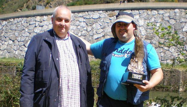 Eduardo Oyarzábal, a la derecha, con el trofeo. Delante, el salmón capturado.