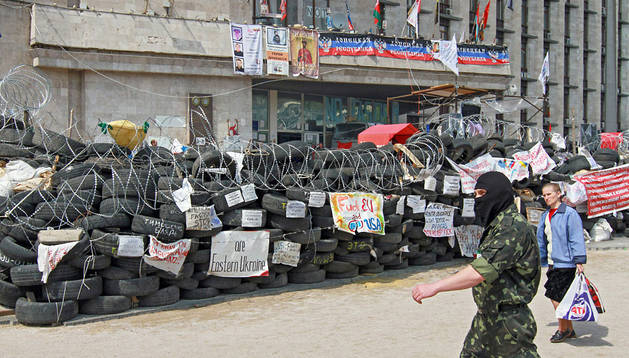 Activistas prorrusos defienden una barricada en Donetsk