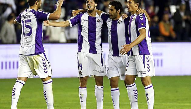 Los jugadores del Real Valladolid celebran la victoria sobre el RCD Espanyol.