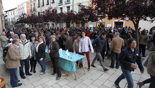 La plaza Mercadal, repleta de público, a las puerta de la sociedad El Rebujito.