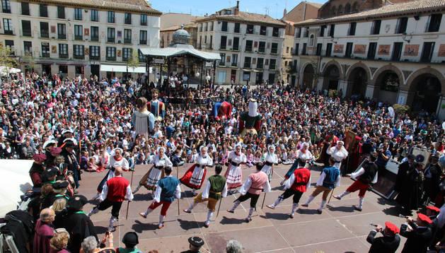 El Grupo Municipal de Danzas de Tudela actuó, junto con la Comparsa de Gigantes, en la plaza de los Fueros.