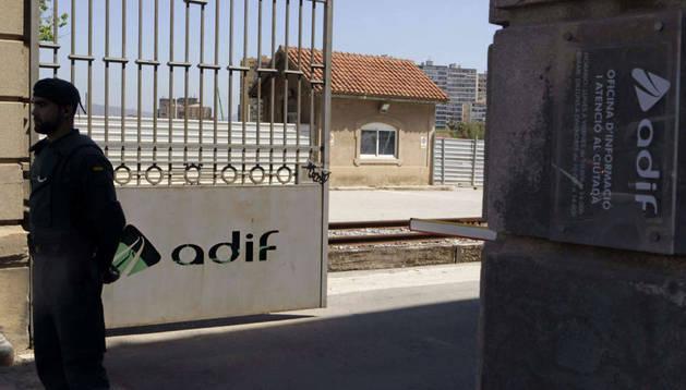 Un agente de la Guardia Civil custodia el acceso a la sede en Barcelona del gestor de infraestructuras Adif en la Sagrera