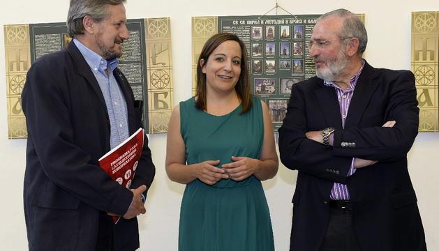 El candidato de IU en las próximas elecciones europeas, Willy Meyer (i), junto a los miembros de las listas europeas del PSOE y PP, Iratxe García (c) y Agustín Díaz de Mera (d)