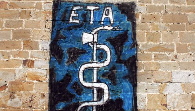Un anagrama de ETA, en la pared de la iglesia de Arbizu