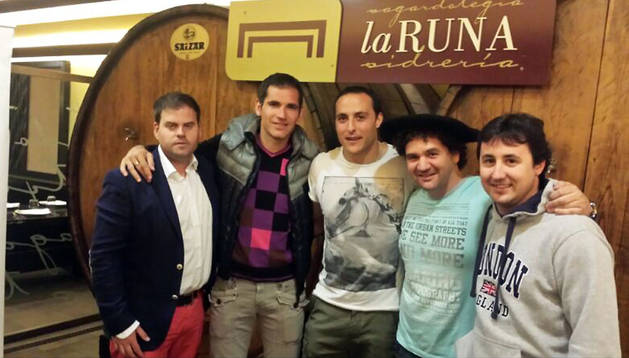 Irujo, junto al exrojillo Josetxo, celebra su txapela en La Runa
