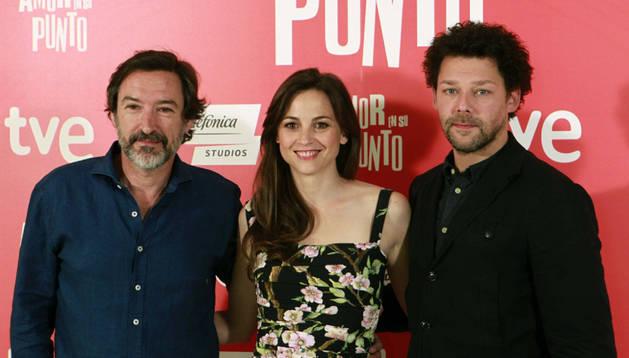 Los actores Ginés García Millán (i), Leonor Watling y Richard Coyle (d) posan durante la presentación de la película 'Amor en su punto'